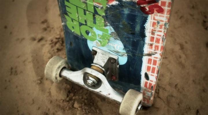 Skateboarding in einer leeren Metropole