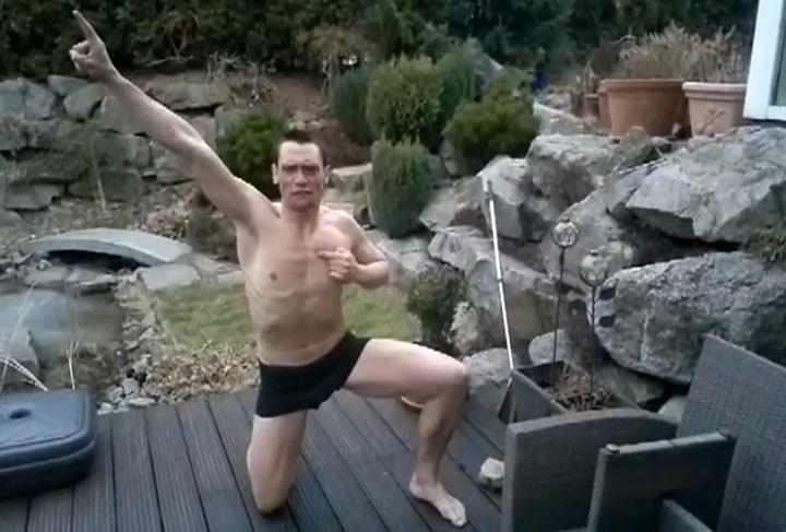 Arschbombe in den zugeeisten Pool catch_the_ice_dude