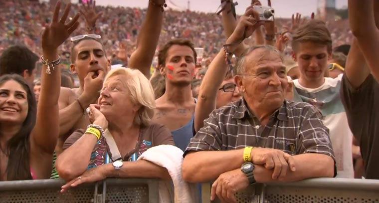 Großeltern besuchen Elektrofestival um Enkel auflegen zu sehen