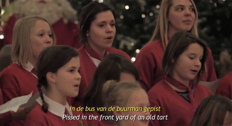 Kinderchor beschimpft Leute in Weihnachtsliedern