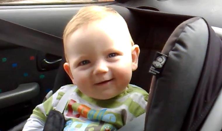 Baby kämpft lächelnd gegen das Einschlafen laechelbabyschlafen