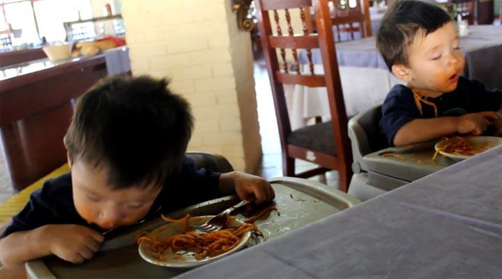 Müdigkeit vs. Spaghetti-Essen sleeping_twins-spaghetti