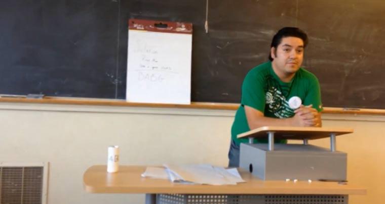 Student lässt Kommilitonen 4 Monate im Glauben, er habe einen Akzent speech_101_prank