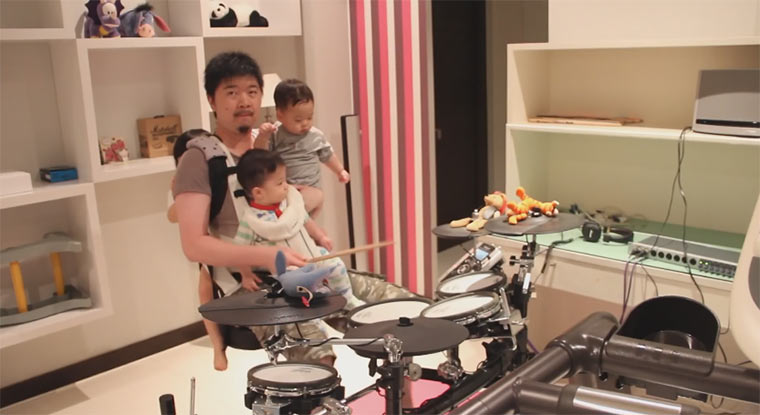 Metal-Drumcover mit 3 Kindern auf dem Arm 3kids1drum