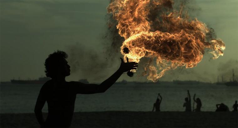 Feuerjonglage in Superzeitlupe Feuerjonglage