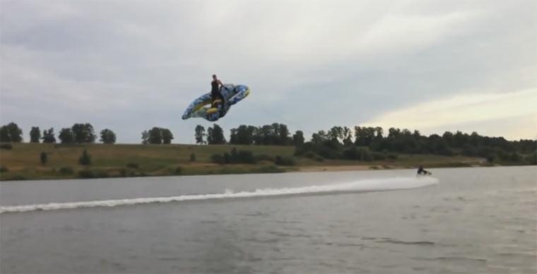 Mit dem Schlauchboot in der Luft fliegen Windfloating