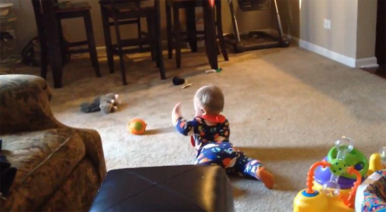 Baby versucht sein Spielzeug zu erreichen