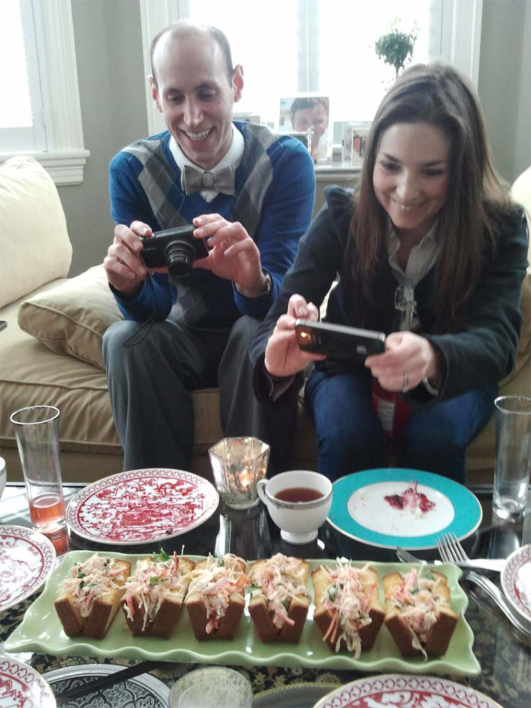 Fotos von Menschen, die Fotos von Essen machen