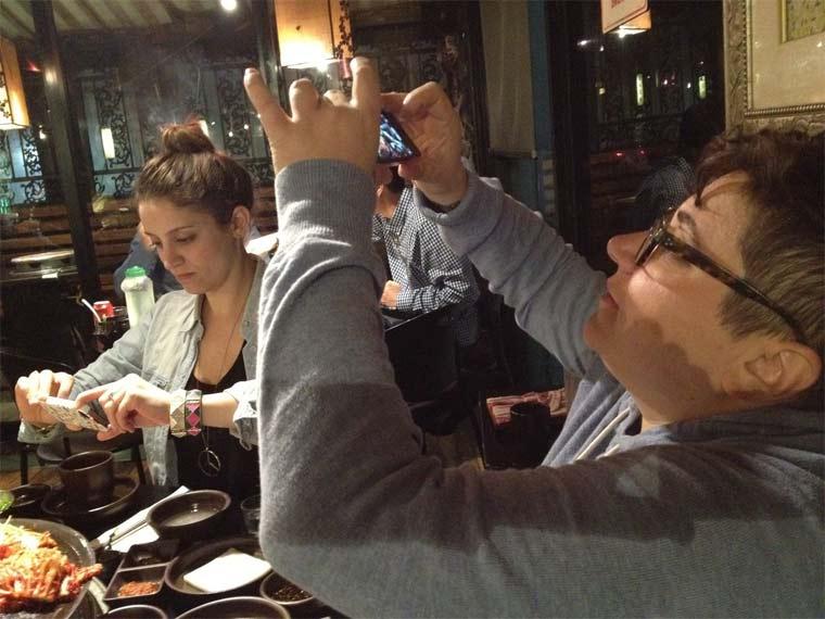 Fotos von Menschen, die Fotos von Essen machen hipster_food-photos_03