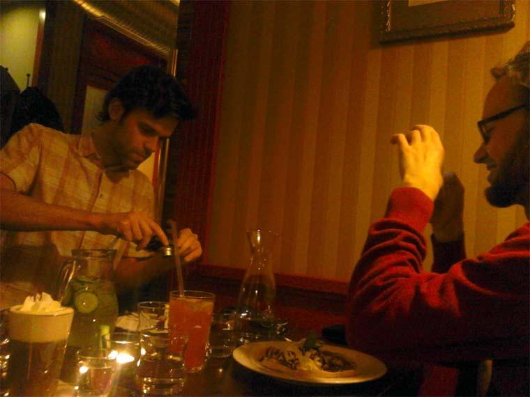 Fotos von Menschen, die Fotos von Essen machen hipster_food-photos_04