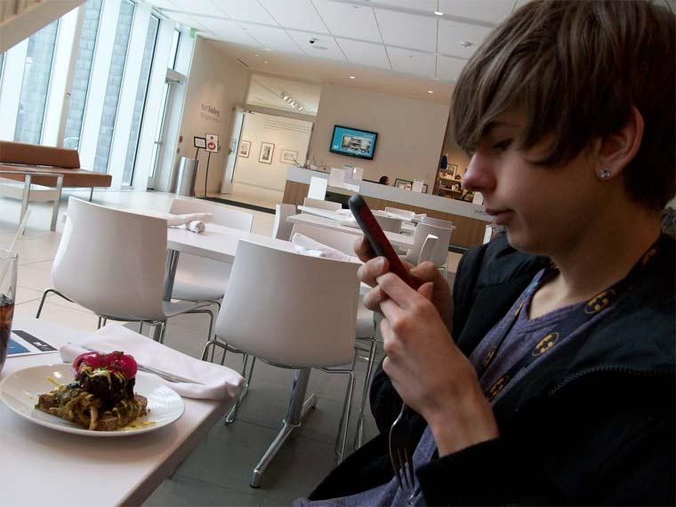 Fotos von Menschen, die Fotos von Essen machen hipster_food-photos_08