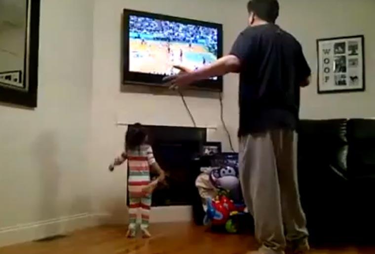 Sweet: kleines Mädchen imitiert Sportschau-Vater kid_imitates_dad