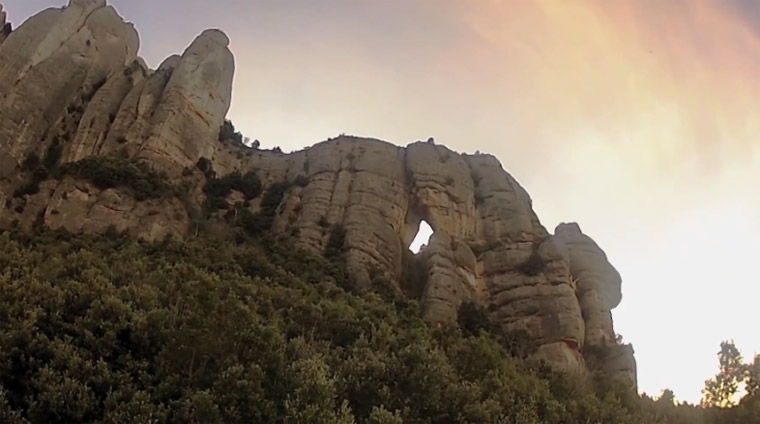 verrückter Wingsuit-Flug durch ein steinernes Tor wingsuit_nuts