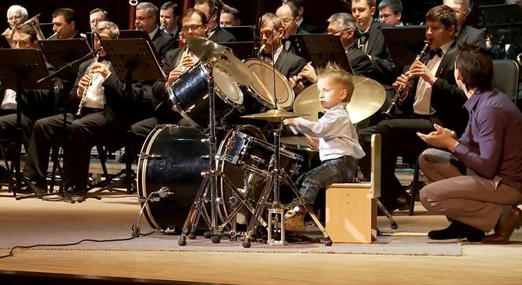3-Jähriger Drummer spielt mit Philharmonikern