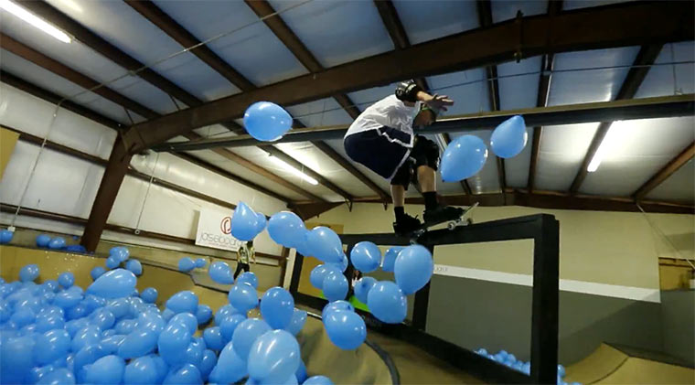 Skateboarden durch 5.001 Ballons