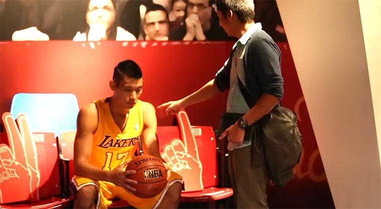 NBA-Star tut als wäre er eine Wachsfigur Jeremy_Lin_Madame_Tussauds
