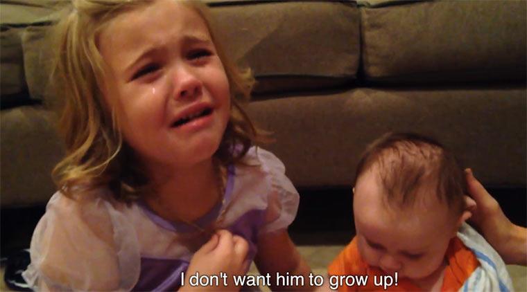 Sweet: 5-Jährige will nicht, dass ihr Baby-Bruder wächst