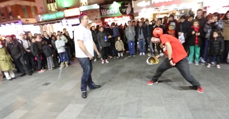 Straßenfußballer trickst in der Fußgängerzone SeanGarnier