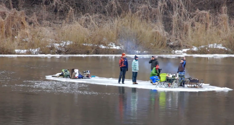 Auf der Eisscholleninsel über den Fluss fahren eisscholleninselboot
