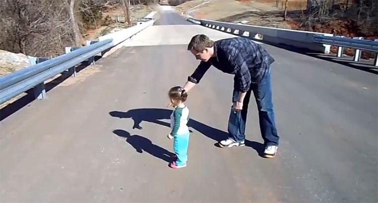 Kleinkinder entdecken ihren Schatten
