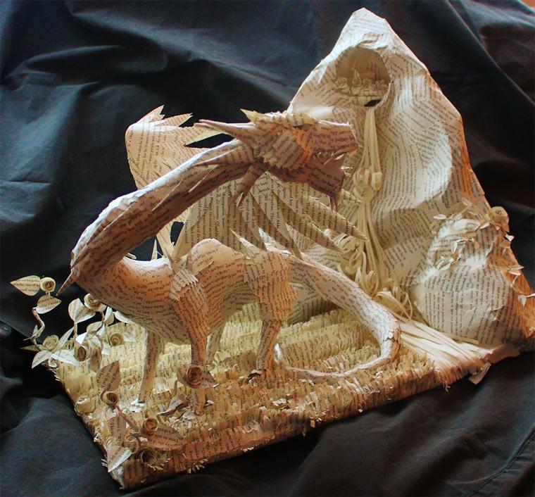 Skulpturen aus Buchseiten