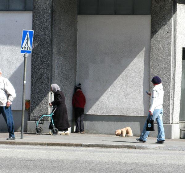 Skurrile Puppen in der Stadt Mark_Jenkins_11