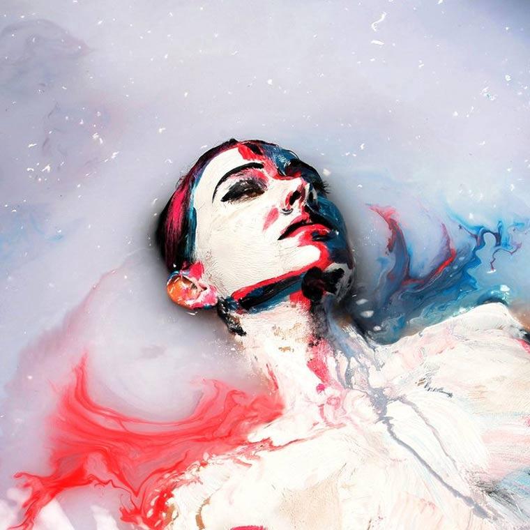Acrylbemalte Models in Milch getunkt