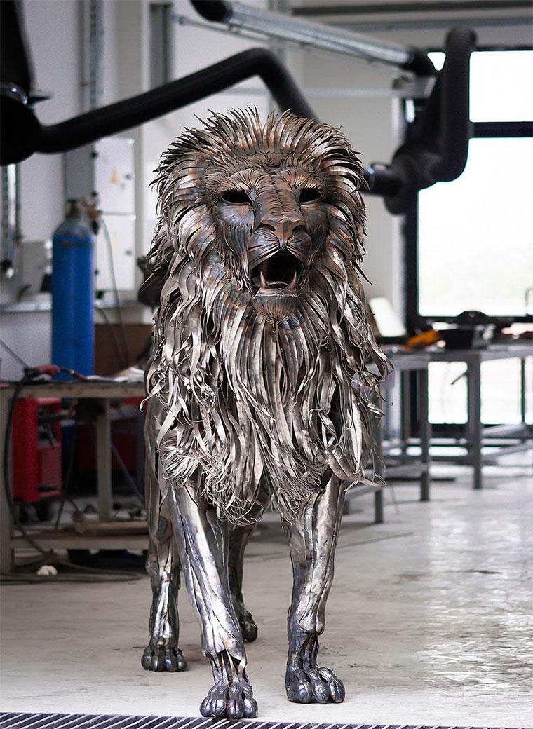 Löwenskulptur aus 4.000 Altmetall-Teilen aslan-the-scrapmetallion_05