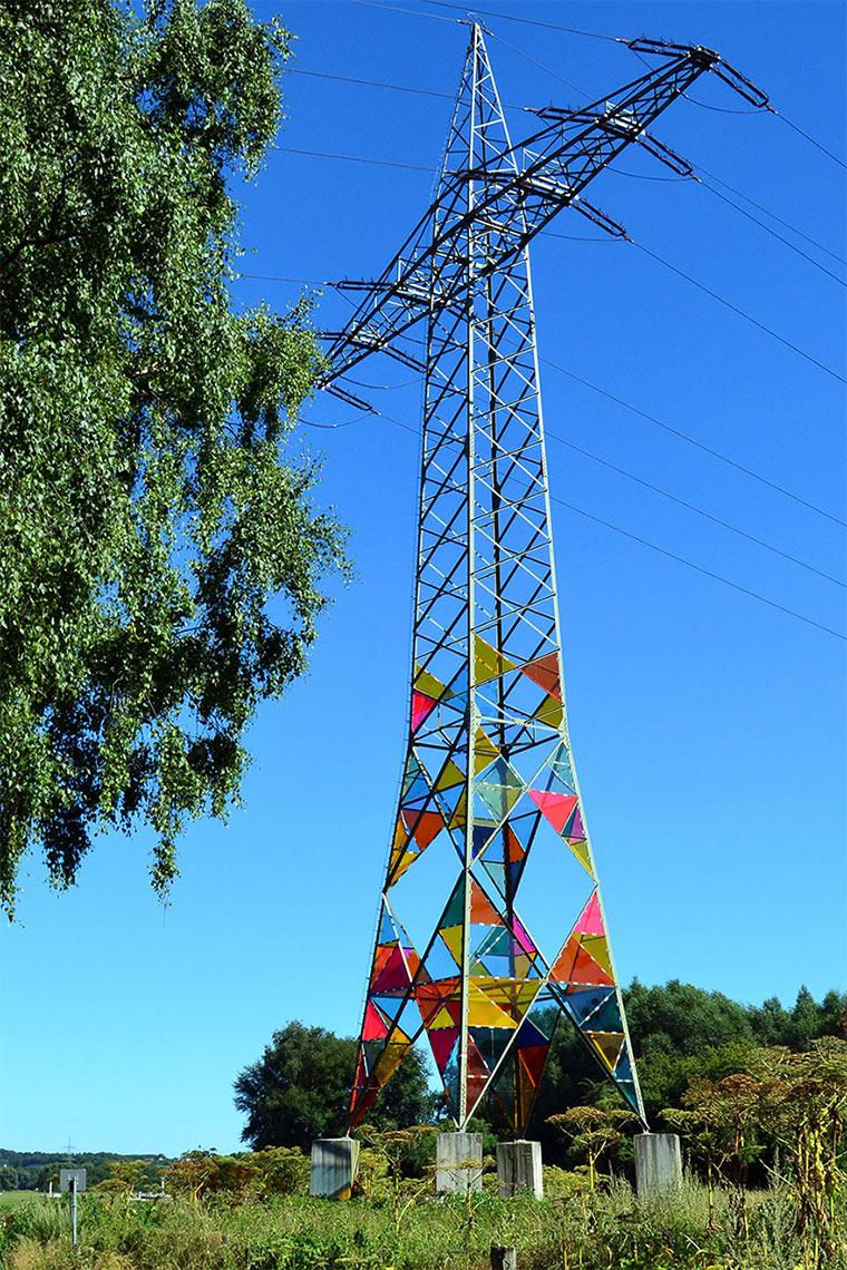 Studenten machen Strommasten farbenfroh bunte_Strommasten_04