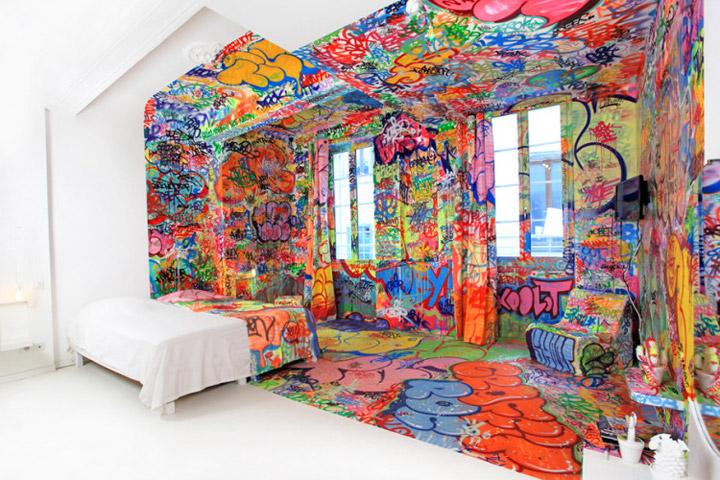 halb hotelzimmer halb graffiti. Black Bedroom Furniture Sets. Home Design Ideas
