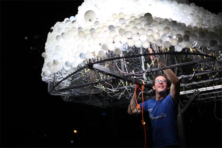 Interaktive Wolke aus 5.000 Glühbirnen interactive_lightbulb_cloud_08