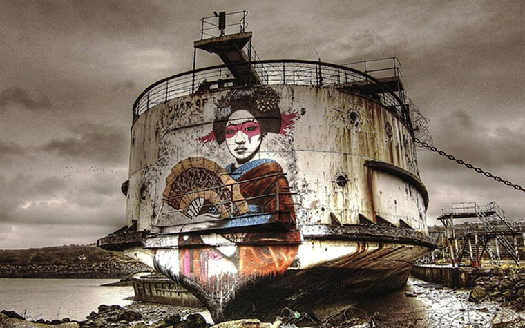 Ein Schiffswrack wird zur Graffiti-Schauwand