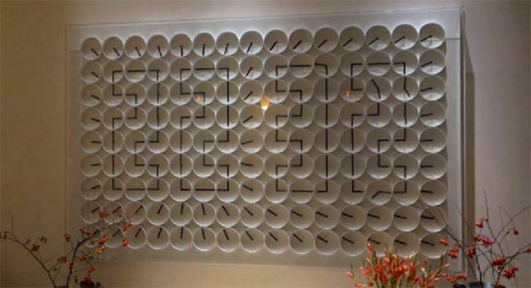 Wanduhr aus 135 Mini-Uhren Ham_Yard_Hotel_Clock