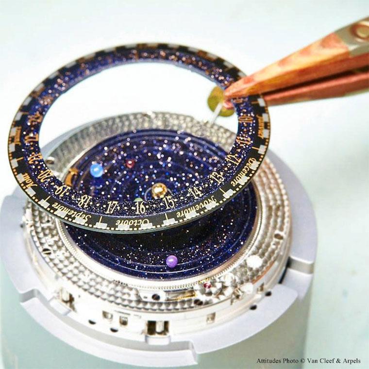 Luxus: die Sonnensystem-Uhr Midnight_Planetarium_02