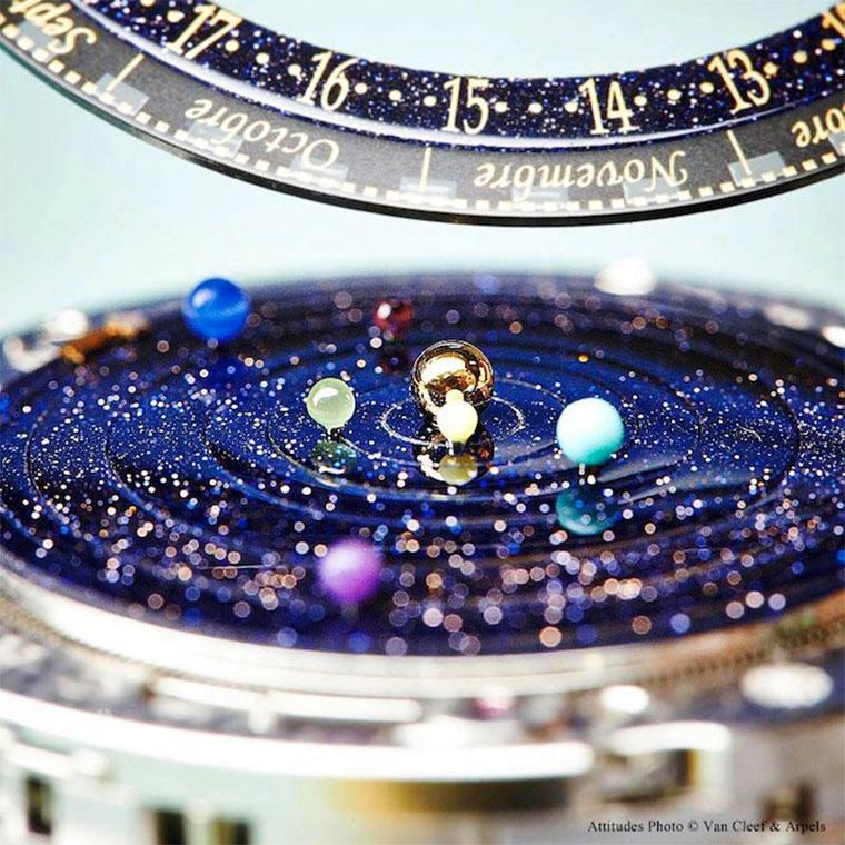 Luxus: die Sonnensystem-Uhr Midnight_Planetarium_03