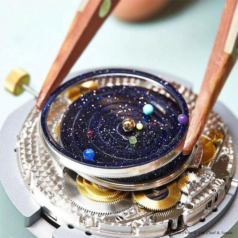 Luxus: die Sonnensystem-Uhr Midnight_Planetarium_05