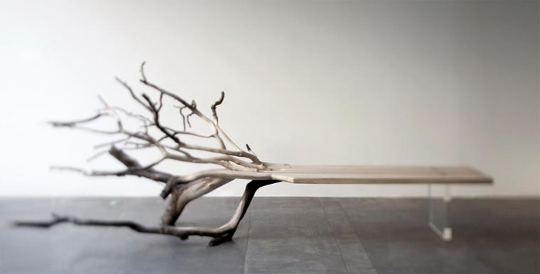 Stylisch: die Baumstammbank