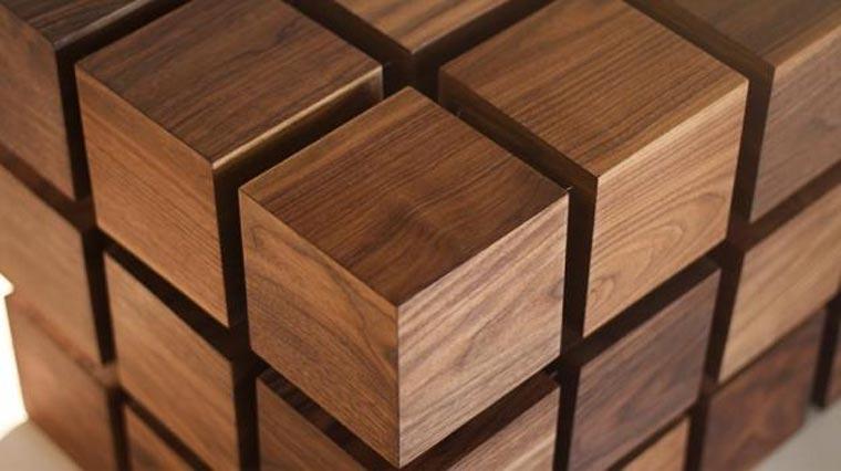 Tisch aus schwebenden Holzwürfeln
