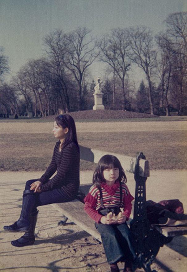 Frau photoshopped sich in ihre Kindheitsbilder selbstportraitmitfrueher_10