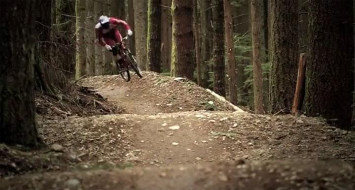 Downhill durch den Wald mit Brandon Semenuk