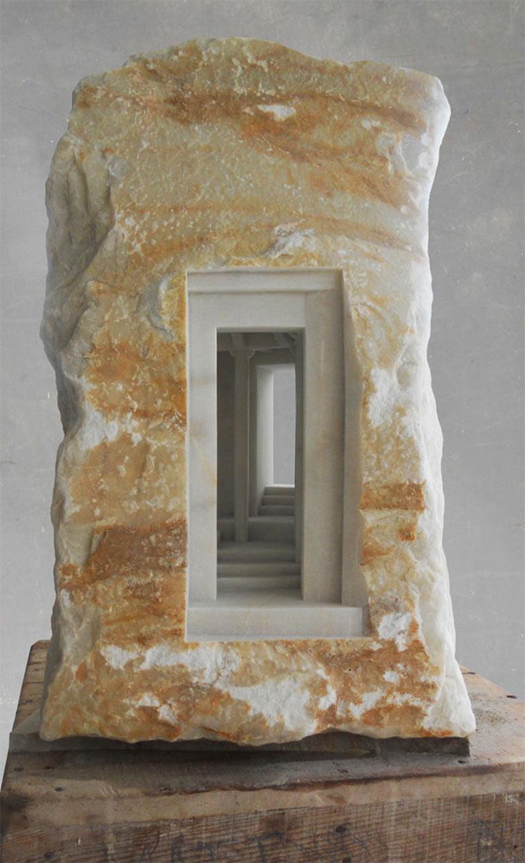 In Stein gefräste Gemäuer