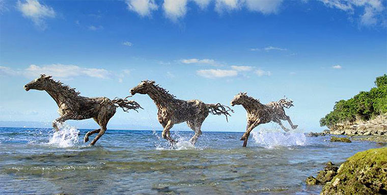 Gallopierende Treibholzpferde