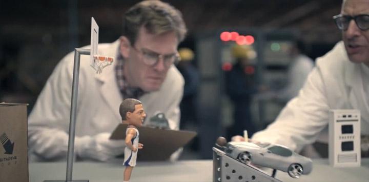 Dunking: Basketballer vs. Auto autodunkt