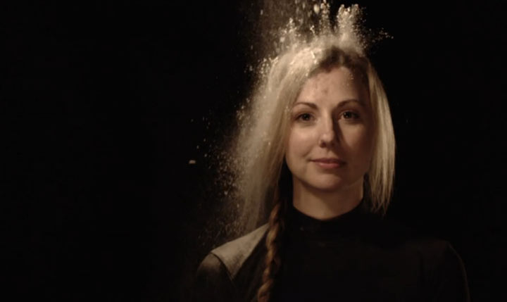Slowmotion: Kreide ins Gesicht chalk_face