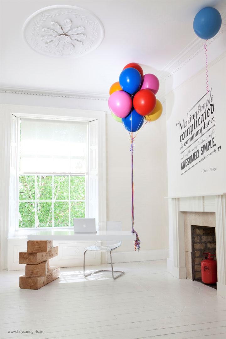 Stylisch bis skurril: Der Jenga-Luftballon-Schreibtisch hot_desk_balloon_jenga