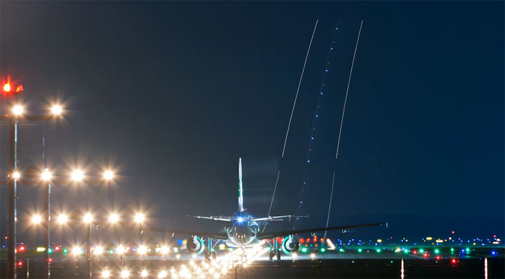 Timelapse am nächtlichen Flughafen night_flight