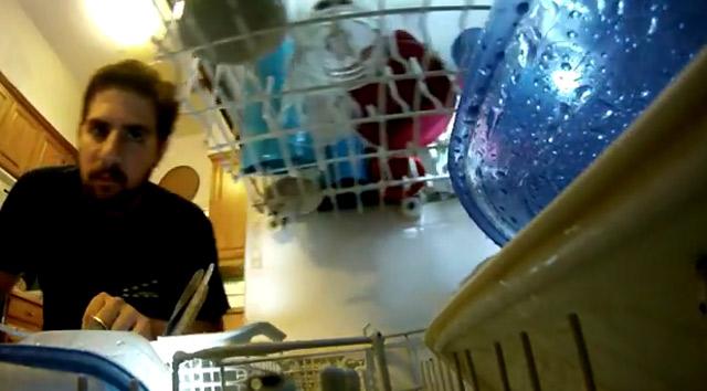 Spülmaschine aus der Perspektive eines Tellers GoPro-dishwasher
