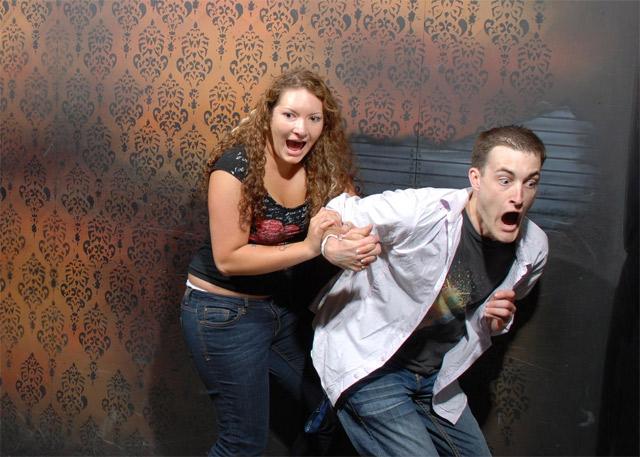 Lustige Bilder: Erschrockene im Gruselhaus Nightmares_Fear_Factory_08