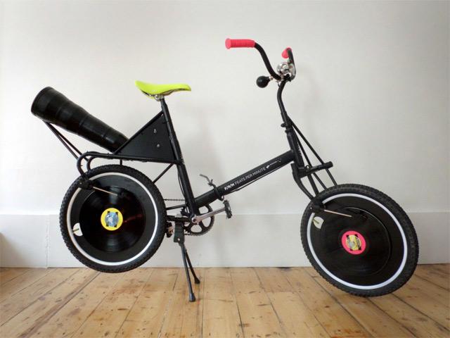 Plattenspieler mit integriertem Fahrrad featsperminute