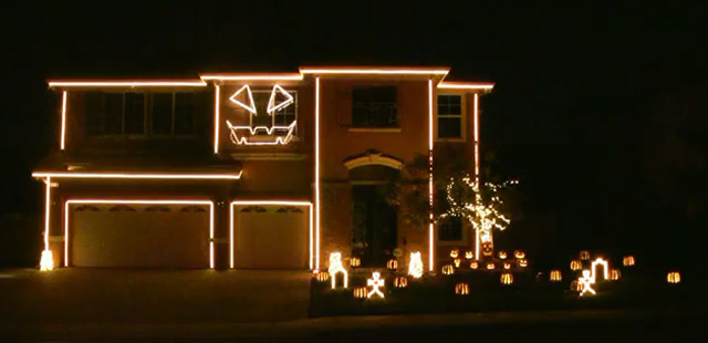 Häuserfassade singt: Halloween Light Show halloween_light_house